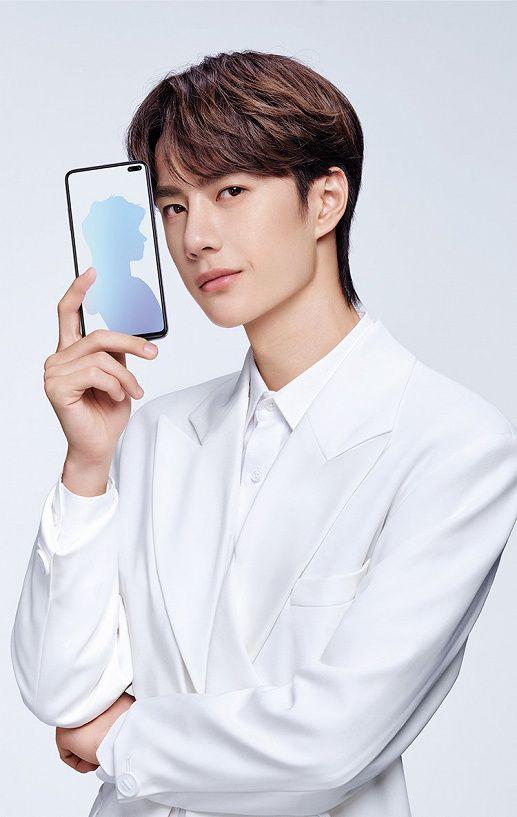 Xiaomi Redmi K30 в руках пользователя